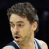 Pau Gasol dominant in win over Charlotte photo